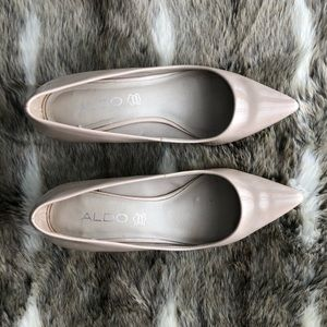 Vegan patent leather pump with kitten heel